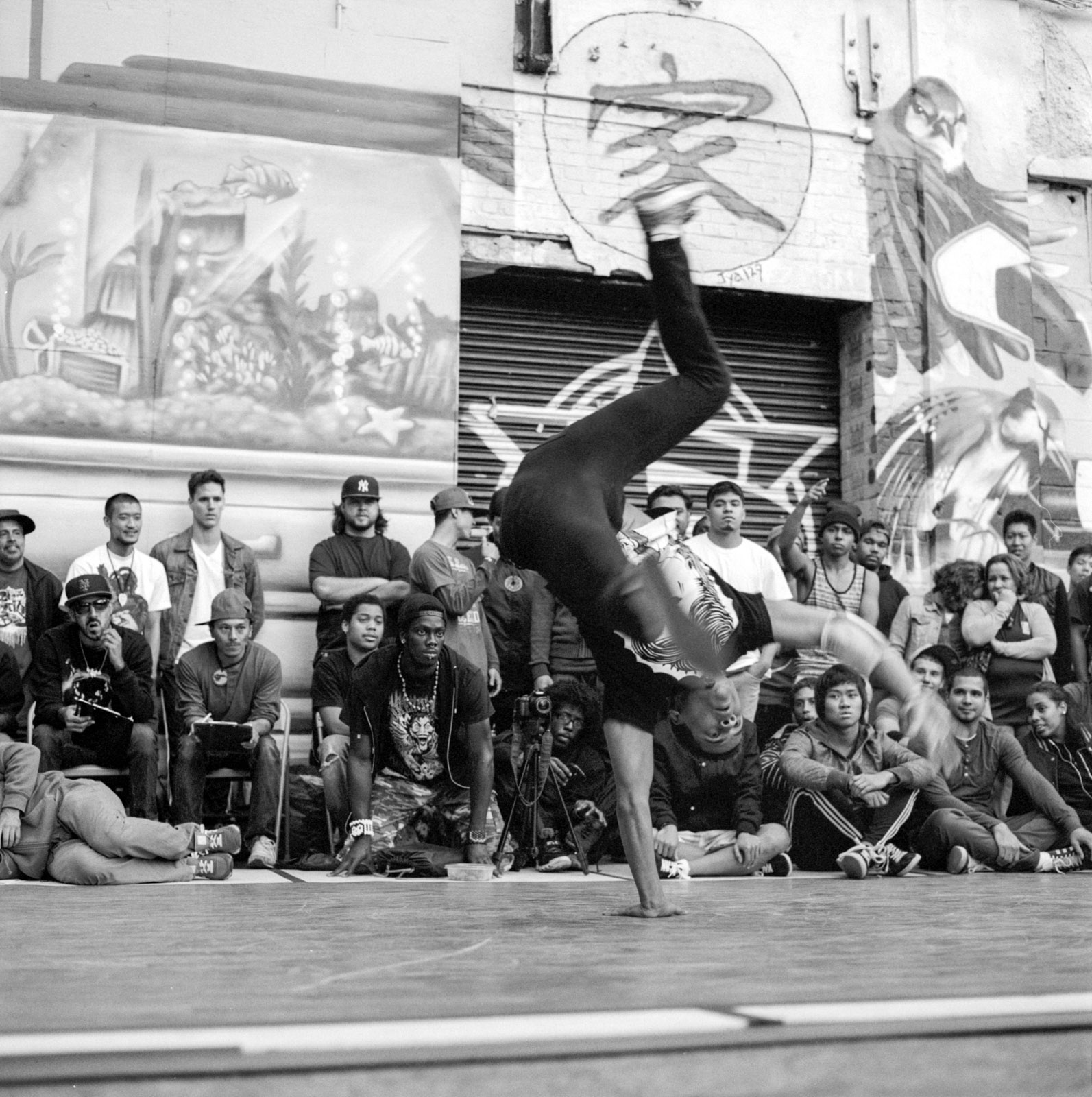 B boys breakdance at 5 Pointz